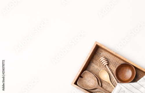 Photo  Wooden kitchen utensils on white background. Flat lay, top view.