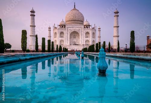 Foto  Beautiful view with long exposure of the famous Taj Mahal mausoleum in Agra, Utt