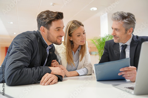 Fotografía  Couple signing contract with real estate agent