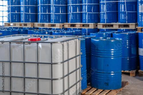 Fotografia blue barrels in the warehouse on pallets