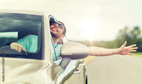Photo  road trip, transport, travel and people concept - happy smiling man in sunglasse