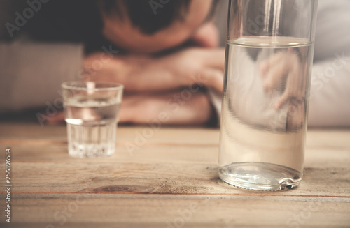 Fotografía  Caucasian alcoholic man with vodka.