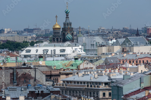 Poster Artistique Domes of the Cathedral of the Savior on the blood, a view of the roofs of buildings and houses of the historic center of the city of St. Petersburg from a height