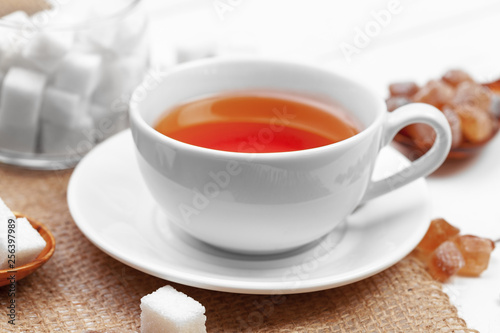 Cadres-photo bureau The Glass cup of hot tea with sugar on the table