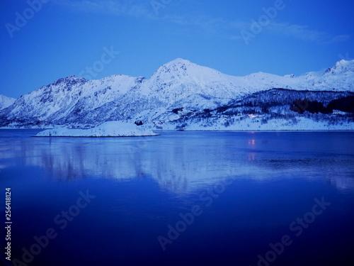 Poster Lac / Etang mare ghiacciato in montagna - frozen sea in mountains