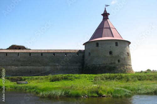 Foto  Tower and wall of Oreshek fortress in Shlisselburg on Lake Ladoga, St