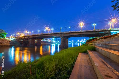 Fotografía  Beautiful light on the Nan River at night on the bridge (Naresuan Bridge) in Phitsanulok City,Thailand