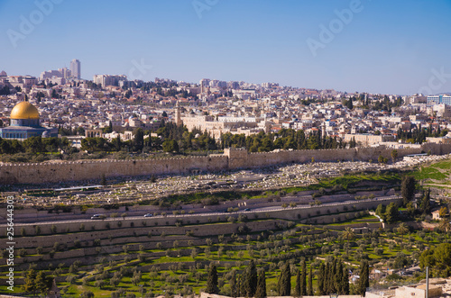 Cuadros en Lienzo Jerusalem's old city with town wall and Aqsa Mosque, view from Mount Of Olives,