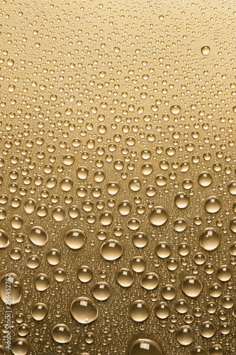 zblizenie-kropli-wody-na-powierzchni