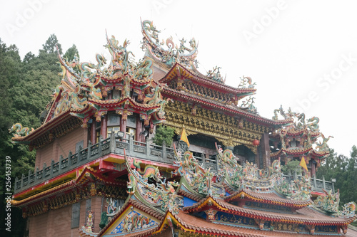 Foto  Traditional architecture of ancient chinese temple in Taiwan