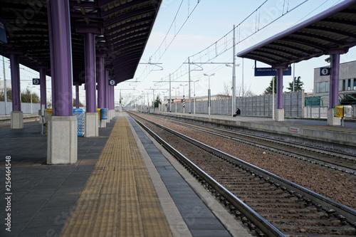 Fotografía  Empty train station, and deserted platform.
