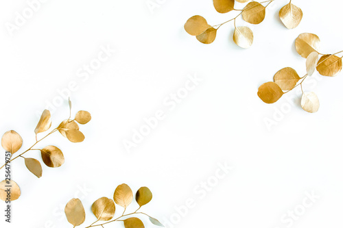Foto-Lamellenvorhang - Borders of the frame of gold branches, eucalyptus leaves on a white background. flat layout, top view (von K.Decor)