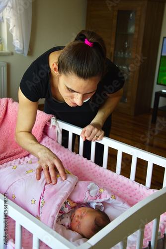Fototapeta Matka spogląda na sen noworodka obraz