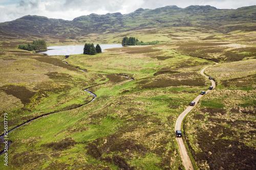 Canvas Print Offroad-Tour mit SUV Geländewagen über raues Gelände mit schöner Landschaft