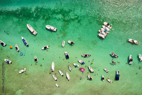 Montage in der Fensternische Olivgrun Spring Break boat party on the sandbar in the Florida Keys