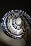 Spiralne schody w starej kamienicy.