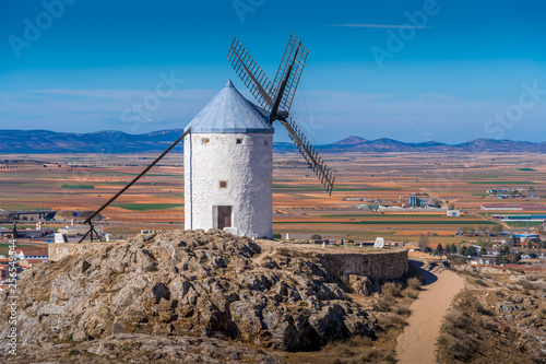 Foto  Consuegra castle and windmills aerial view with blue sky in La Mancha Spain famo