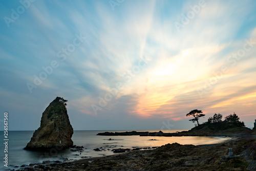 夕日を背景にした立石島 Canvas-taulu
