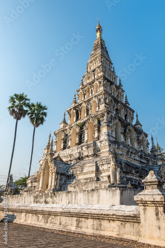 Foto  Square-shaped pagoda in the temple at the oldest city of Chiang Mai, Thailand