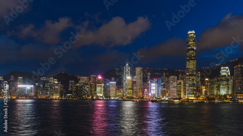 Photo  Cityscape and skyline at Victoria Harbour at sunset time