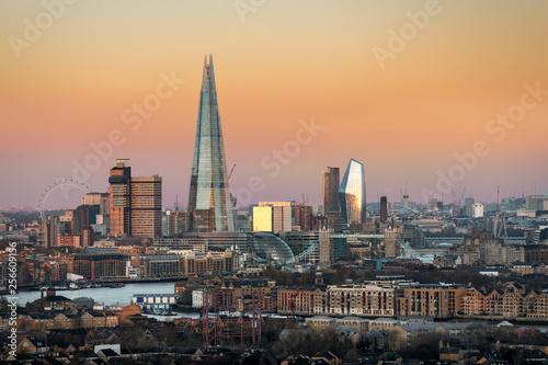 Cadres-photo bureau Milan Blick auf die Skyline von London bei Sonnenaufgang: das Areal rund um die Tower Bridge
