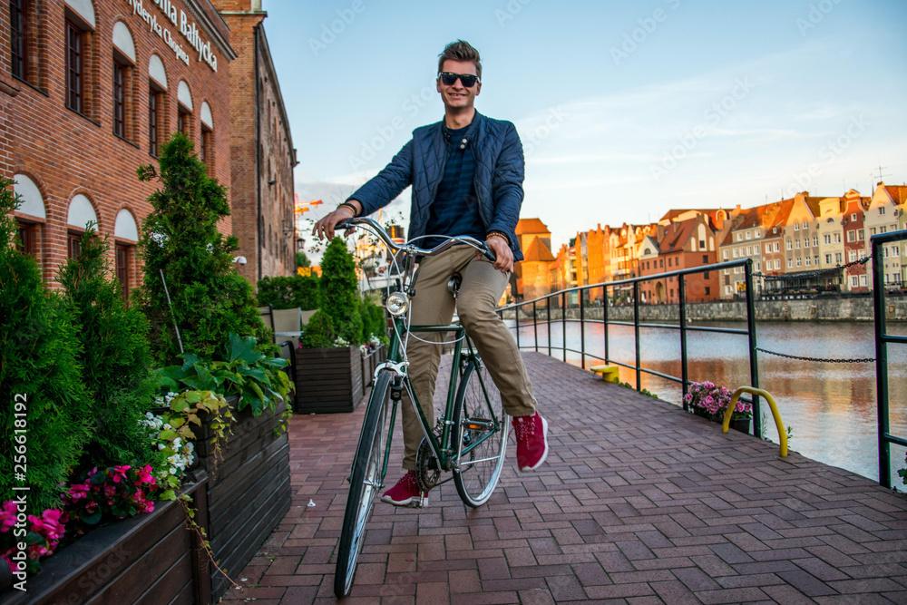 Fototapeta Mężczyzna na zabytkowym rowerze