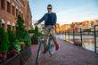 Mężczyzna na zabytkowym rowerze