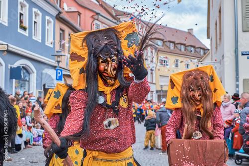Fotografia  Witch with big yellow hood