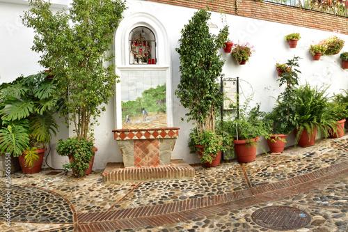 Casarabonela uliczka miasta z fontanną.