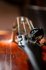 skrzypce w stylu vintage na tle drewna z bliska