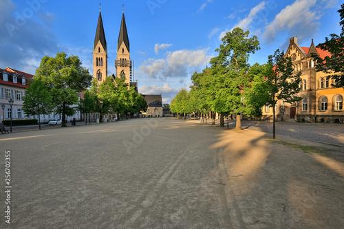 Fotografia  Domplatz und Dom in Halberstadt in der Nachmittagssonne