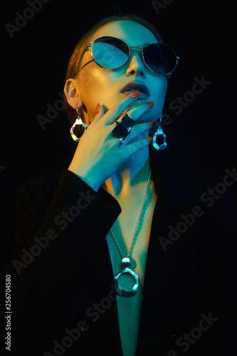 Fashion beautiful girl in sunglasses and jewelry - 256704580
