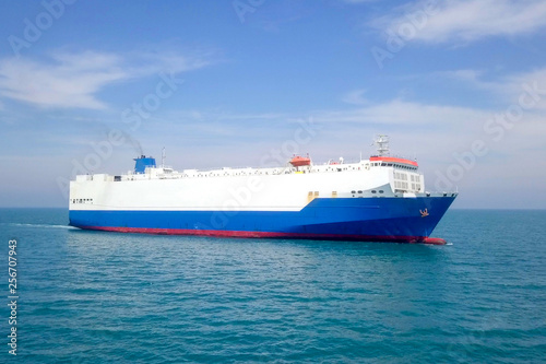 Fotografía  Aerial image of a Large RoRo (Roll on/off) Vehicle carrier vessel cruising the M
