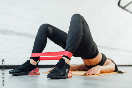 Carta da parati Close up of athletic woman in squat together in gym.