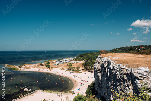 Fotografía  View of the coast of Gotland and people on the beach