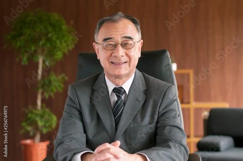 Photo 椅子に座るビジネスマン