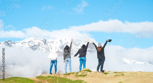 Fotografía  Group of women tourist enjoying their holiday road trip on the ridge of the mountain nearly Crown Range Road, the highest paved highway in Cardrona valley, Otago region of New Zealand