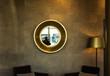 goldene Inneneinrichtung / Wand mit Spiegel