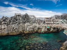 真夏の青空とエメラルドグリーンの海の神津島赤崎遊歩道