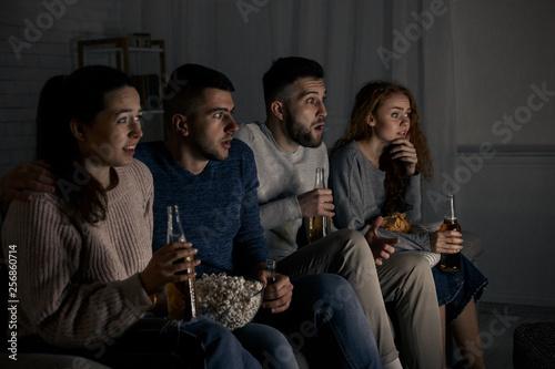 Fotografía  Shocked friends watching horror movie with popcorn