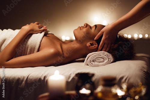 Obrazy do salonu kosmetycznego  kobieta-korzystajaca-z-masazu-twarzy-i-aromaterapii-w-spa