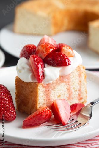 Valokuvatapetti Angel food cake with whipped cream and strawberries