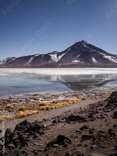 Fotografía  Laguna Blanca is a salt lake at the foot of the volcanos Licancabur and Juriques