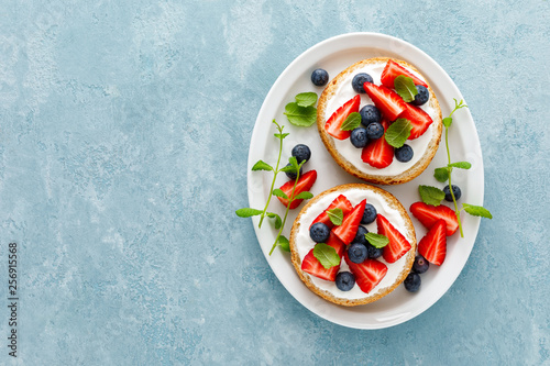 Photo  Berry sandwiches with fresh strawberry, blueberry and cream cheese
