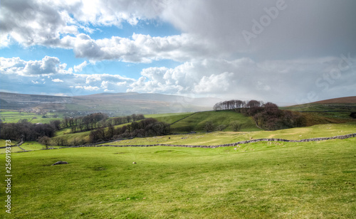 Poster de jardin Vieux rose Rain clouds move in over farmland in the Peak District, England.