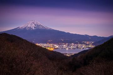 Mt.fuji i światło z miasta Kawaguchiko przed wschodem słońca