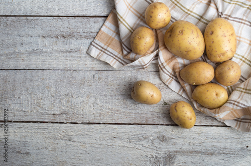 Fresh potatoes on an old wooden table Tapéta, Fotótapéta