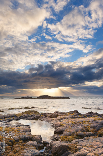 Foto op Plexiglas Arctica Rocky landscape on the northern coast of Scotland on cloudy afternoon
