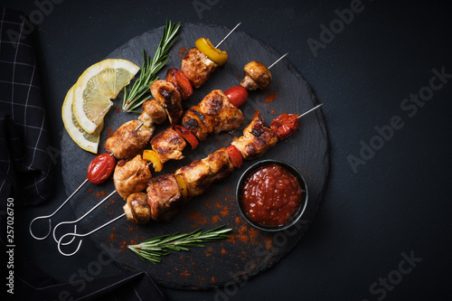 Fotomural  Shish kebab with mushrooms, cherry tomato and sweet pepper, Grilled meat skewers