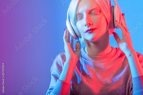 Foto op Plexiglas Beauty girl with unusual appearance wearing headphones, close up photo. emotional music for mood, copy space